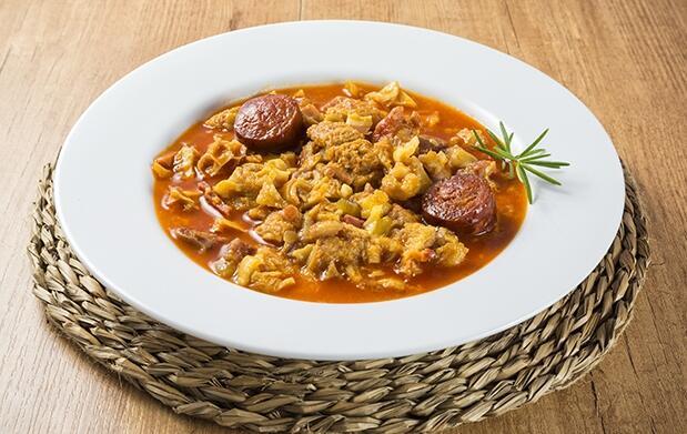 Menú con 4 entrantes, rissotto o plato de cuchara, postre, bebida y orujo
