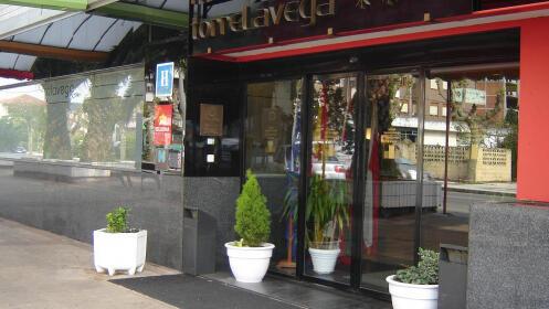 Noche con desayuno, comida y opción a cena en Torrelavega