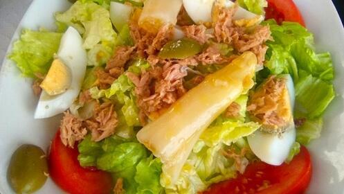 Menú de ensalada + Tres raciones a elegir + Postre + Pan + Bebida