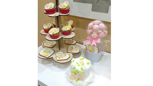 Lote de 4 cupcakes y dos galletas decoradas o tarta de 4 raciones