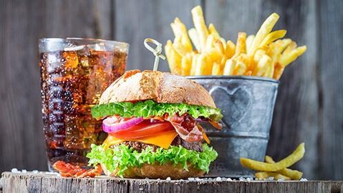 2 hamburguesas a elegir + patatas fritas caseras + 2 bebidas a elegir