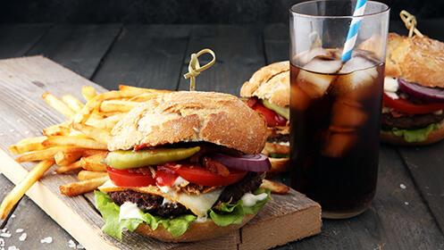 2 hamburguesas a elegir + patatas + bebida desde 9.9€