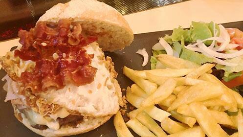 Menú de hamburguesa Súper Tinglao con patatas, postre y bebida para dos + 1 hora de parque infantil