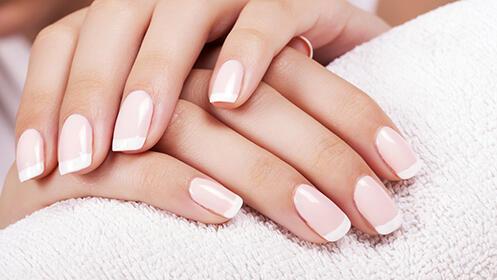 Extensión de uñas de gel con manicura francesa o gel de color y construcción total